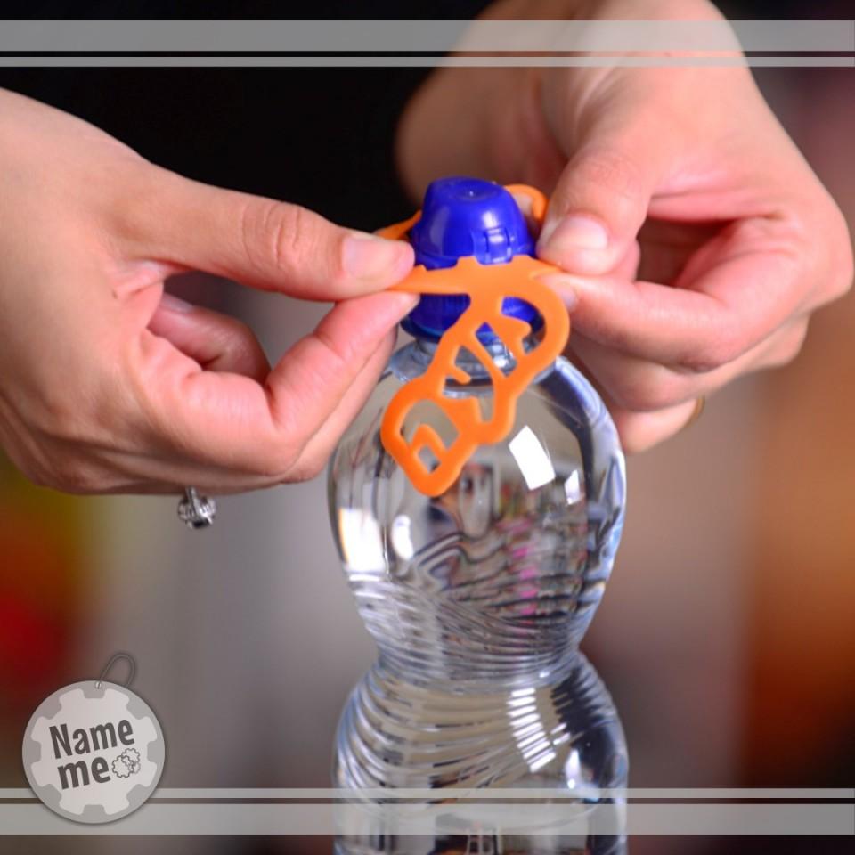 תמונה המראה כיצד להניח את התווית על הבקבוק