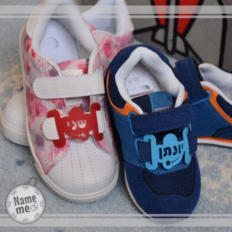 בתמונה תווית שם על נעלי ילדים.