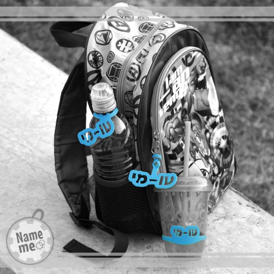 בתמונה תווית שם על כוס, על תיק ועל בקבוק מים.