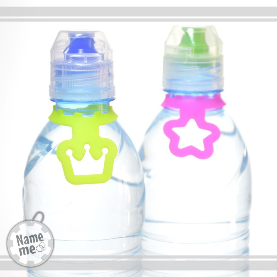 תוויות עם איורים שונים ובצבעים שונים לבקבוקי מים.