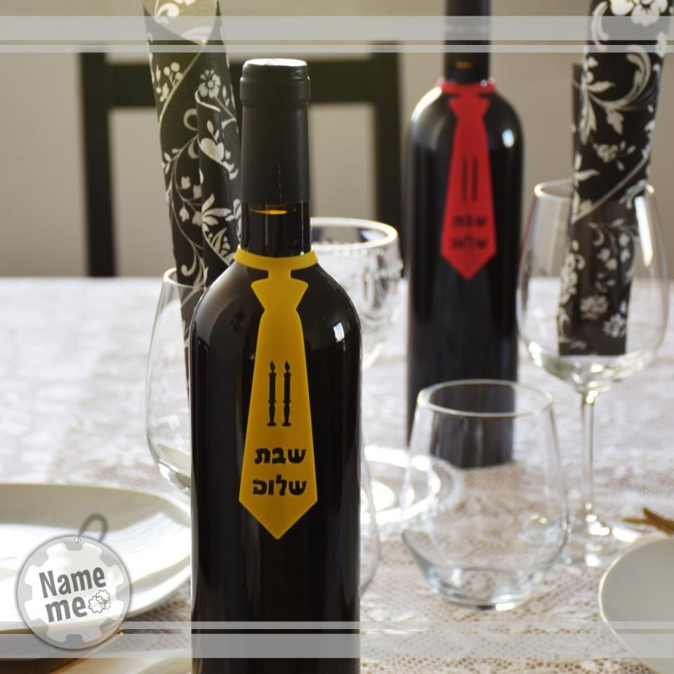 תווית לבקבוק יין בכיתוב- שבת שלום עם דוגמא של נרות